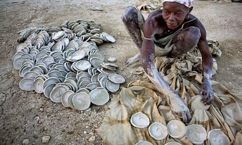 haiti-woman-plates-615